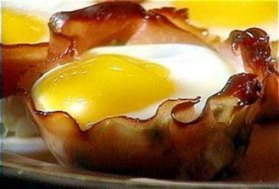 Baked Eggs in Ham Crisps
