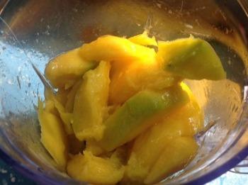 Sliced mangos in blender